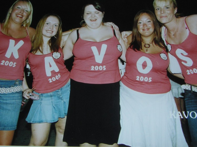 Typical Kavos formalities of printed T-Shirts ruin the natural female elegance in this picture.